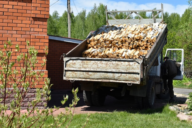 Caminhão no quintal. caminhão velho com mercadorias. homens descarregam um veículo de carga.