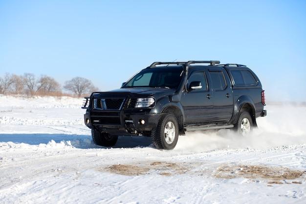 Caminhão preto viajando na neve