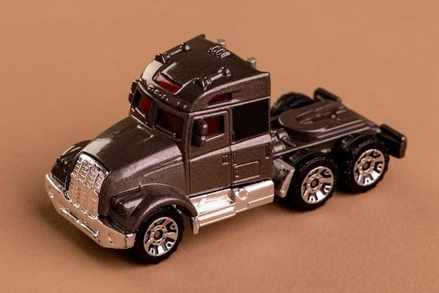 Caminhão sem a carroceria marrom