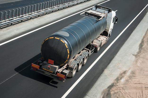 Caminhão-tanque de combustível na estrada na estrada