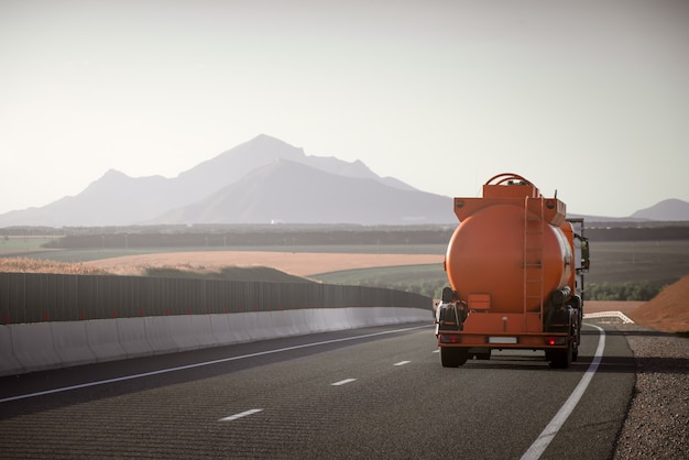 Caminhão tanque de combustível na estrada