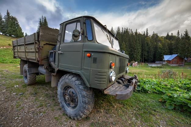 Caminhão todo-o-terreno velho com pneus de borracha de grande protetor para uso fora de estrada.