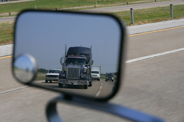 Caminhão, vinda, vista traseira, de, a, estrada, miror