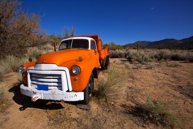 Caminhão vintage de califórnia em algum lugar no deserto
