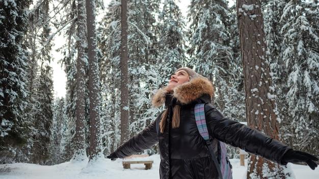 Caminhar pela floresta de pinheiros de inverno, clima gelado, um estilo de vida saudável