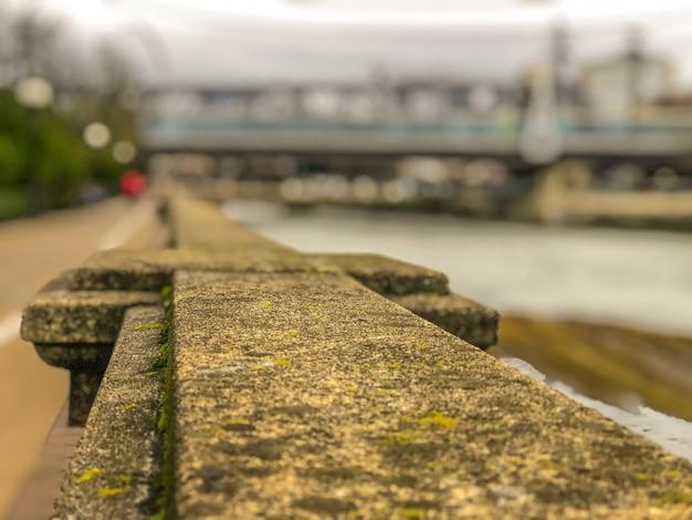 Caminhe ao longo da barragem perto do rio