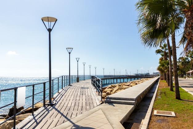 Caminhe caminho aterro ao longo do lado do mar