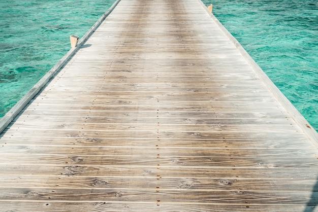 Caminho a pé de madeira com o oceano