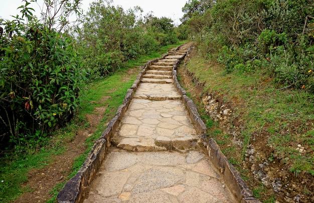 Caminho a pé de pedra na chuva leve para o sítio arqueológico de kuelap