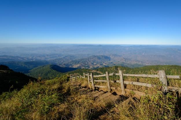 Caminho a pé na montanha inthanon em chiang mai, tailândia