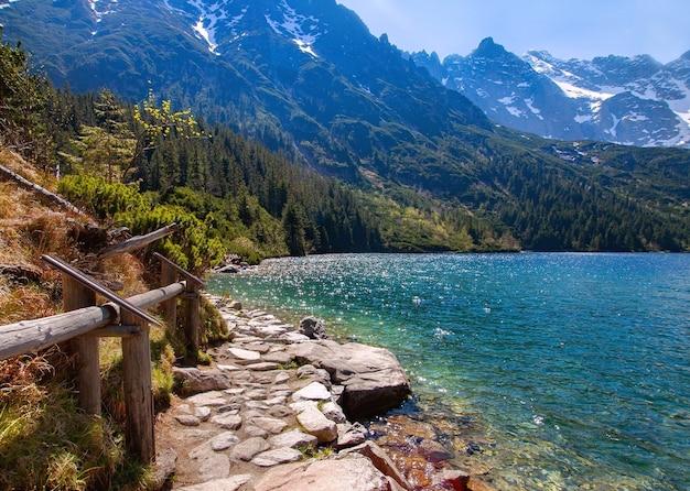 Caminho ao redor do lago de montanha morskie oko