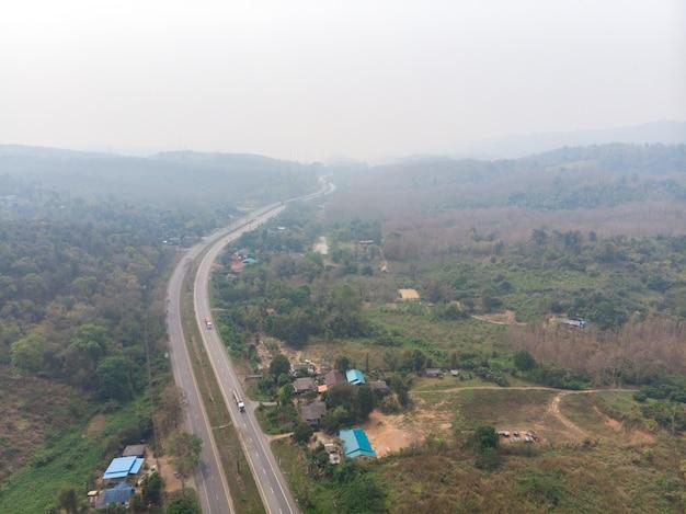 Caminho de alta estrada com poluição de fumaça