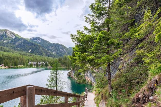 Caminho de caminhada ao longo das margens do famoso lago braies nos alpes italianos
