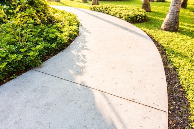 Caminho de caminho de pedra no jardim