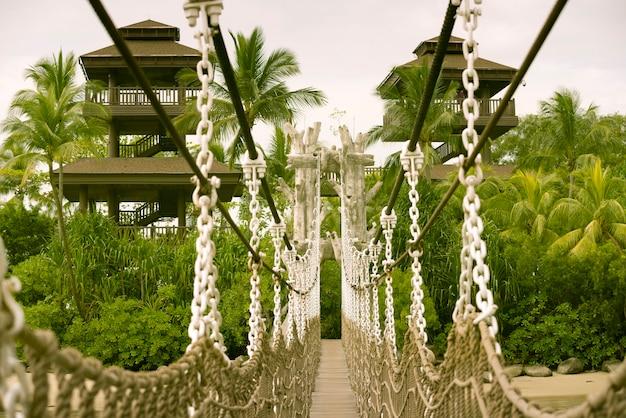 Caminho de corda pendurado que leva às torres de observação na famosa ilha de sentosa em cingapura