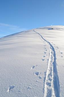 Caminho de esqui na montanha, neve de paisagem de inverno nos alpes