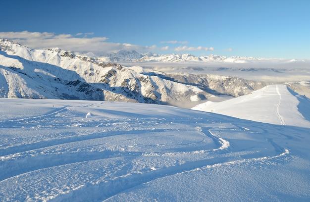 Caminho de esqui na neve em pó, paisagem de inverno nos alpes