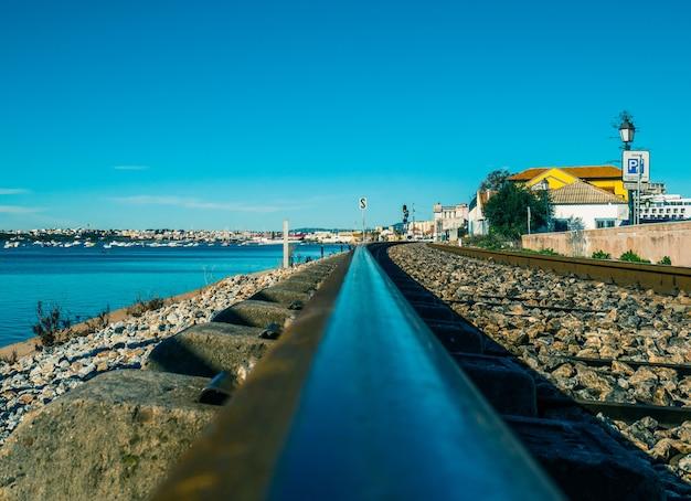 Caminho de ferro de faro junto ao mar.