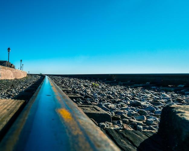 Caminho-de-ferro de faro junto ao mar.