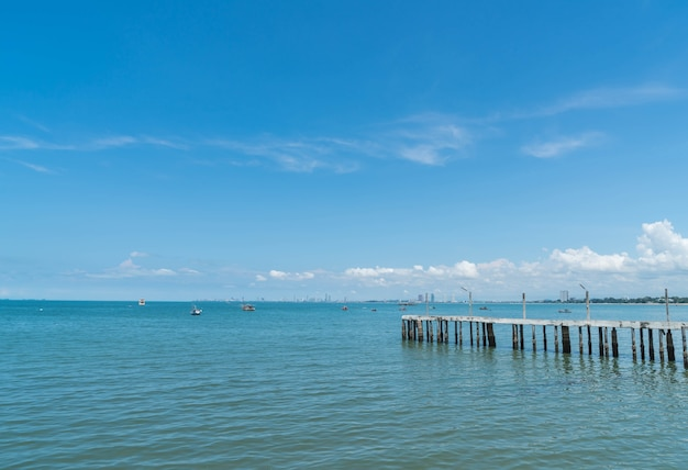 Caminho de madeira à beira da praia que conduz ao mar