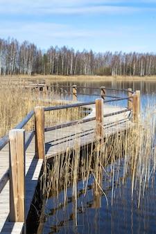 Caminho de madeira ao longo do lago