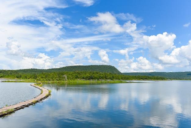 Caminho de madeira em paisagem de lago