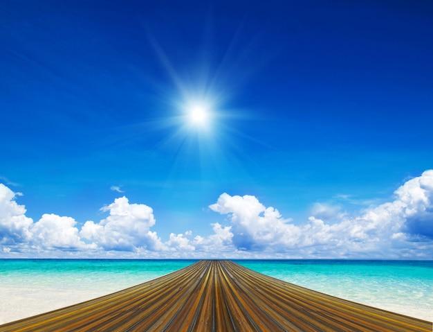 Caminho de madeira na praia tropical em um dia ensolarado