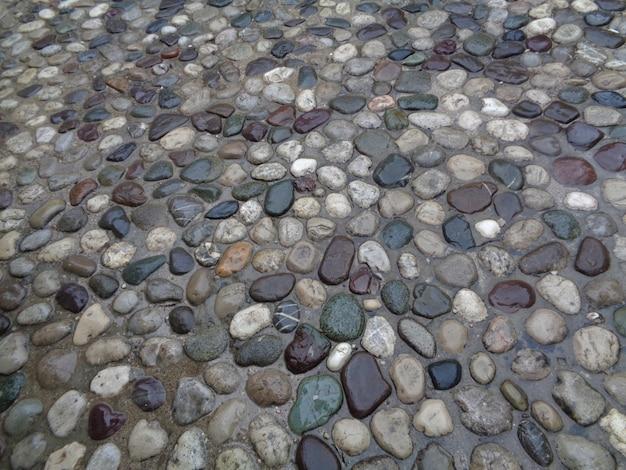 Caminho de paralelepípedos depois de chover em mostar, bósnia e herzegovina