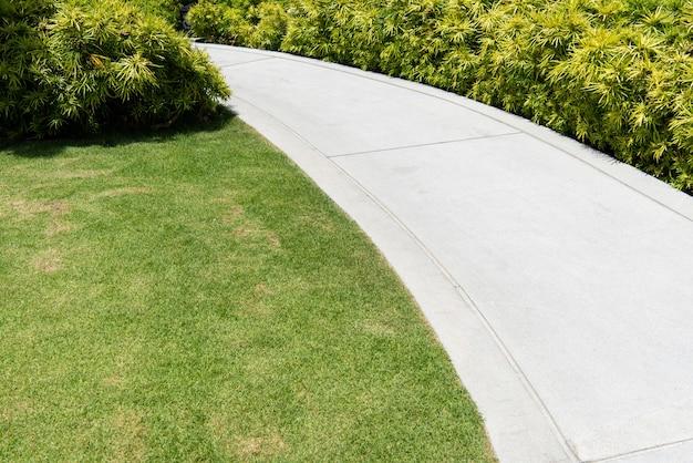 Caminho de passeio ao ar livre com material de piso de pedra terrazo. decoração de jardim.