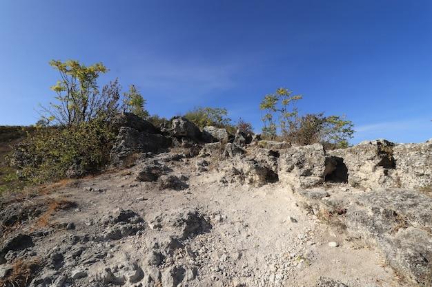 Caminho de pedra até o topo da colina em um dia ensolarado