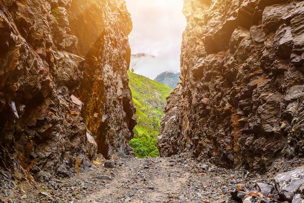 Caminho de pedra e rochas no nepal