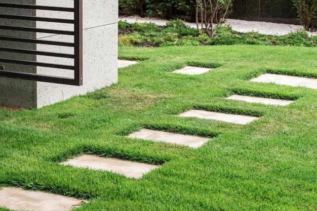 Caminho de pedra na paisagem do jardim