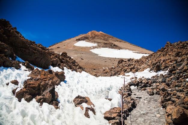Caminho de trekking no topo do vulcão teide em tenerife, ilhas canárias, espanha