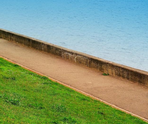Caminho diagonal no fundo do cais do rio