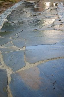 Caminho do jardim com lajes de pedra natural e orlas de pedra