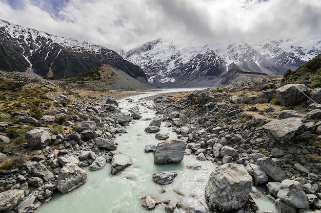 Caminho do lago para a montanha em mont cook valley, nova zelândia
