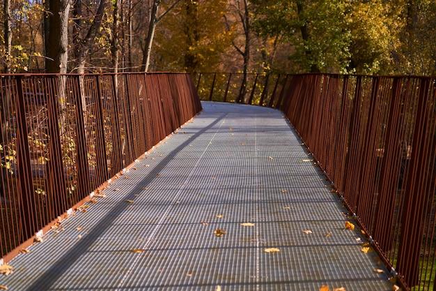 Caminho em um parque de outono. ninguém
