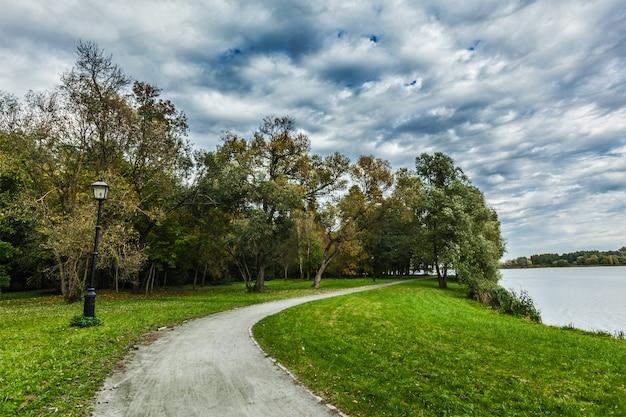 Caminho no parque outono