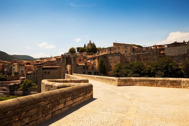 Caminho para a cidade medieval. besalu