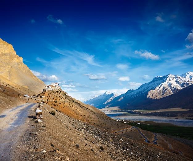 Caminho para o mosteiro kee (ki, key). vale de spiti, himachal pradesh