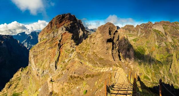 Caminho pedestre com degraus no pico do arieiro