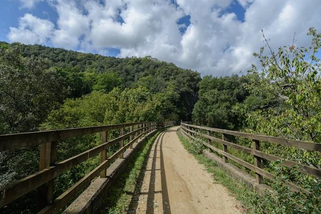 Caminho rural entre cercas de madeira, tranquilidade