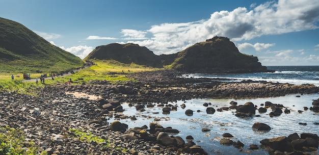 Caminho turístico ao lado da costa da irlanda do norte.
