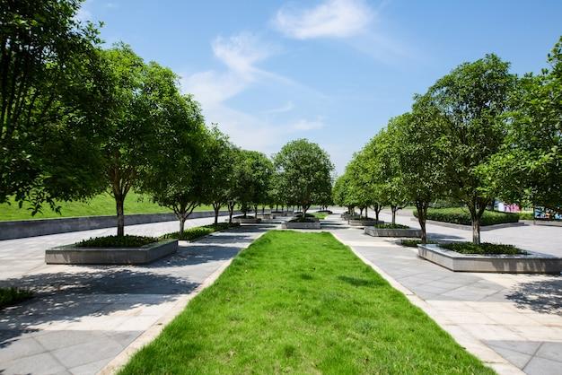 Caminho vazio longo na praça moderna da cidade com horizonte