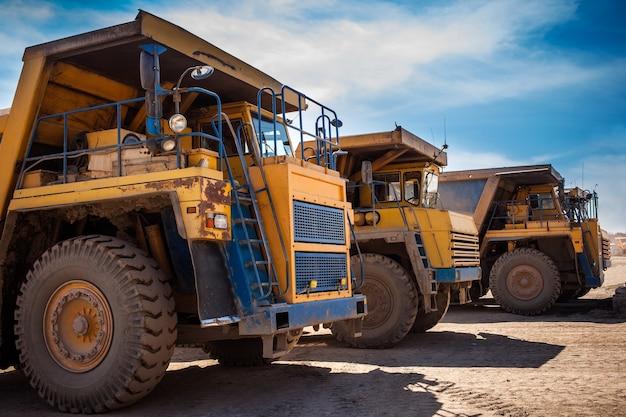 Caminhões basculantes amarelos prontos para trabalhar