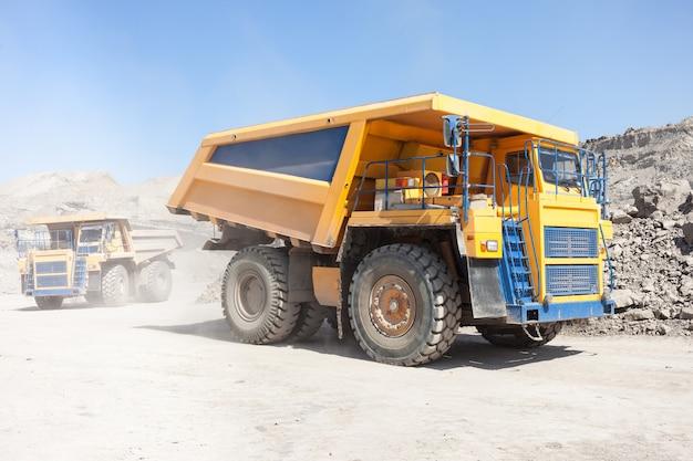 Caminhões basculantes se movendo em uma mina de carvão