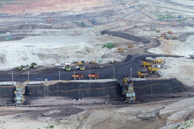 Caminhões de minas de carvão estão trabalhando para trazer carvão para gerar eletricidade