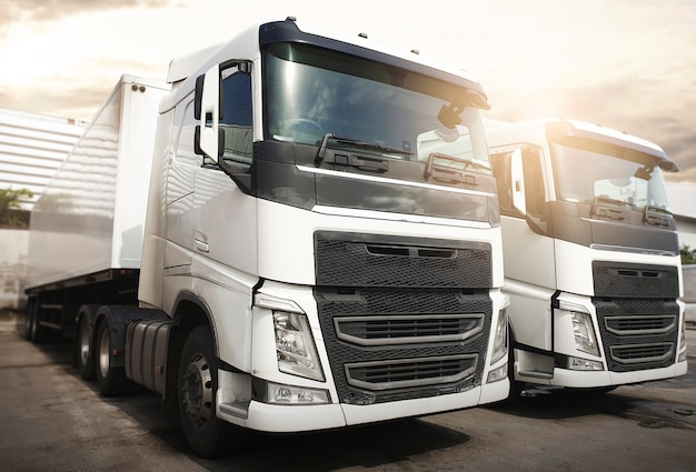 Caminhões de semirreboque estacionando ao pôr do sol no céu road caminhão de carga logística e conceito de transporte de carga