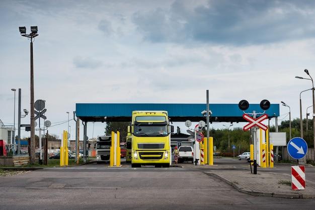 Caminhões esperando na fila no porto de transbordo