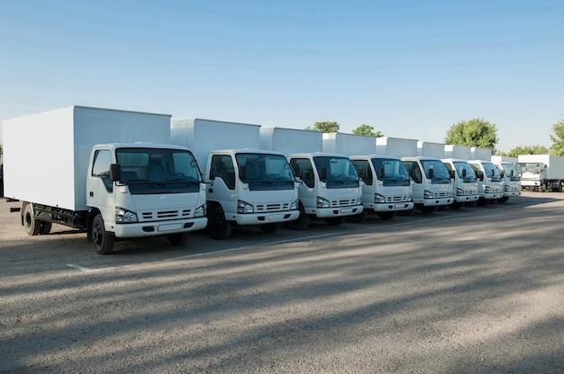 Caminhões ficam em fila no estacionamento. vista frontal. caminhão de estacionamento